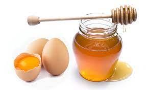 trị thâm mụn bằng mật ong trứng gà