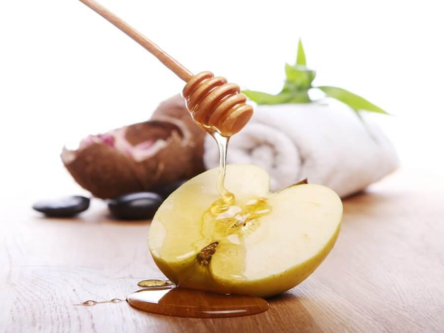 trị mụn ẩn bằng mật ong và táo