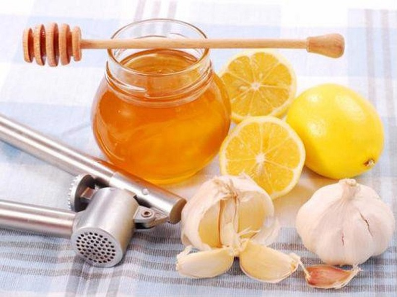 Trị mụn bọc bằng tỏi, mật ong, và nước cốt chanh