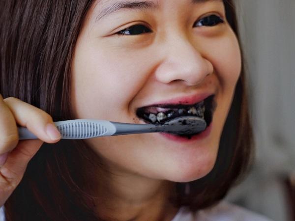 Cách làm trắng răng bằng than hoạt tính và cà chua